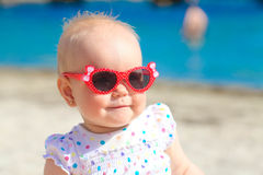 Petit bébé sur la plage tropicale de sable photographie stock libre de droits