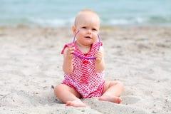 Petit bébé sur la plage tropicale de sable images libres de droits