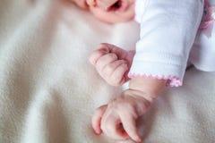 Petit bébé tenant la main du ` s de mère Photos libres de droits