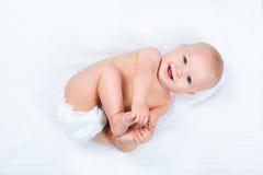 Petit bébé utilisant une couche-culotte Photos libres de droits