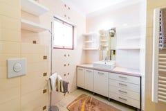 Petit bain moderne d'hôtel avec la douche, l'évier et la toilette Photo libre de droits
