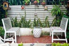Petit balcon tropical de maison avec les plantes vertes dans des pots et le banc blanc photos libres de droits