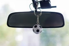 Petit ballon de football de Keychain dans la voiture photo stock