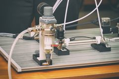 Petit banc de laboratoire pour des expériences image stock