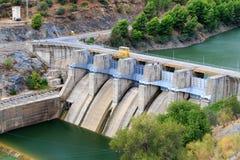 Petit barrage hydro-électrique photographie stock libre de droits