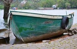 Petit bateau à rames vert photographie stock