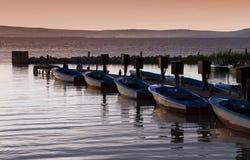 Petit bateau à un lac Photos stock
