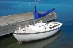 Petit bateau à voiles photo libre de droits