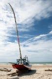 Petit bateau à voiles de Jangada sur la plage, Brésil Image libre de droits