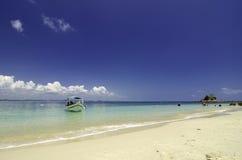 Petit bateau ancré avec le fond nuageux de ciel bleu et l'eau de mer bleue d'espace libre Photos stock