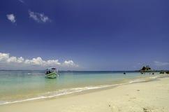 Petit bateau ancré avec le fond nuageux de ciel bleu et l'eau de mer bleue d'espace libre Images stock
