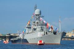 Petit bateau anti-sous-marin Urengoy dans les eaux du Neva Préparation pour le jour de marine à St Petersburg photographie stock libre de droits