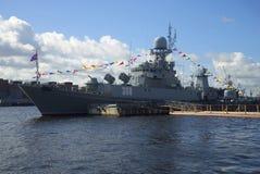 Petit bateau anti-sous-marin Zelenodolsk en hommage au jour de marine St Petersburg photographie stock libre de droits