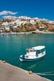 Petit bateau au port d'Agia Galini Photo stock