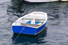 Petit bateau bleu Photos stock