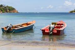 Petit bateau coloré sur la mer images libres de droits