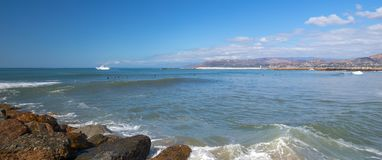Petit bateau de pêche à l'entrée à Ventura Harbor sur le ` de la Californie s la Gold Coast aux Etats-Unis photographie stock