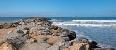 Petit bateau de pêche à l'entrée à Ventura Harbor sur le ` de la Californie s la Gold Coast aux Etats-Unis photos stock