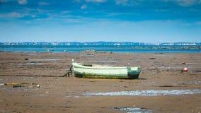 Petit bateau de pêche échoué Photographie stock libre de droits