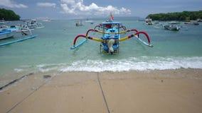 Petit bateau de pêche asiatique traditionnel dans le port clips vidéos