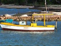 Petit bateau de pêche au Cuba Image stock