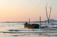 Petit bateau de pêche au réservoir Sriracha, Chonburi, Thaïlande de Phra de coup Photo stock