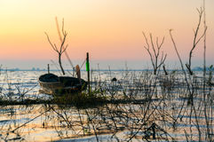 Petit bateau de pêche au réservoir Sriracha, Chonburi, Thaïlande de Phra de coup Photo libre de droits