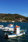 Petit bateau de pêche dans le port de Port-vendres Photo stock