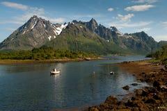 Petit bateau de pêche dans Lofoten Photographie stock libre de droits