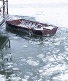 Petit bateau de pêche emprisonné en glace photo libre de droits