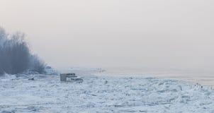 Petit bateau de pêche emprisonné sur la glace profonde photo stock