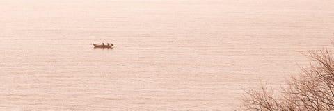 Petit bateau de pêche en mer Image stock