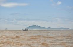 Petit bateau de pêche sur la mer est Photo libre de droits