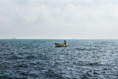 Petit bateau de pêcheur dérivant en Mer Noire photographie stock