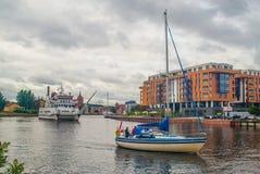 Petit bateau de touristes de catamaran et un yacht à Danzig, Pologne Photos stock