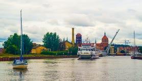 Petit bateau de touristes et un yacht à Danzig, Pologne Photos stock
