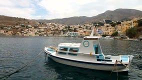 Petit bateau en île de Symi banque de vidéos