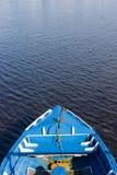 Petit bateau en bois bleu Images stock