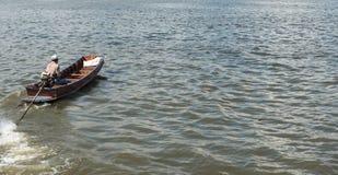 Petit bateau en bois rapide sur une rivière photo stock