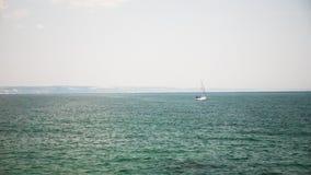 Petit bateau en mer avec le touriste dans elle banque de vidéos