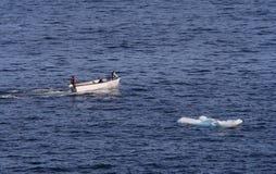 Petit bateau et petit iceberg Photographie stock