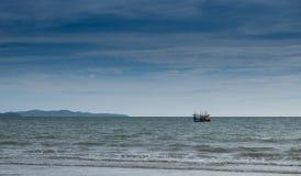 Petit bateau flottant sur la mer Images libres de droits