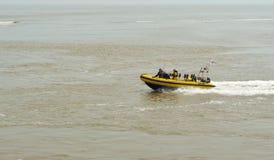 Bateau rapide sur la mer bleue photo stock image 46349849 - Bateau gonflable mer ...