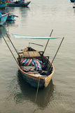 Petit bateau isolé de poissons avec le hangar photographie stock libre de droits