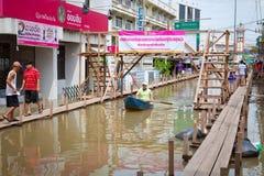 Petit bateau pendant l'inondation de mousson en Thaïlande Photographie stock