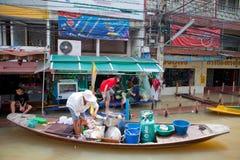 Petit bateau pendant l'inondation de mousson en Thaïlande Photographie stock libre de droits
