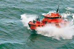 Petit bateau pilote naviguant au-dessus de la vague Images libres de droits