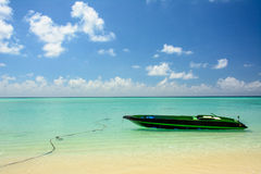 Petit bateau sur la mer de turquoise Photos stock