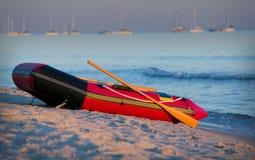 Petit bateau sur la plage : LA GN Image stock