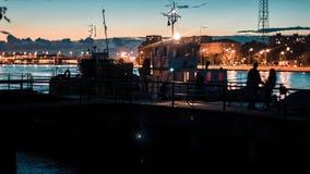 Petit bateau sur la rivière banque de vidéos